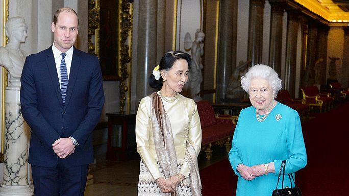 Nobel da Paz Aung San Suu Kyi visita rainha Isabel II