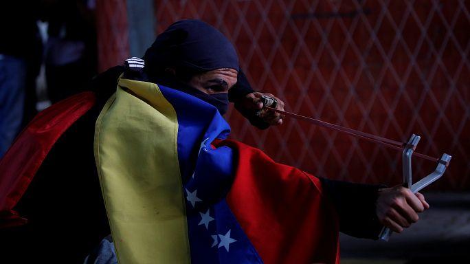 فنزويلا: تحطيم تمثال لتشافيز واحتجاجات جديدة ضد مادورو