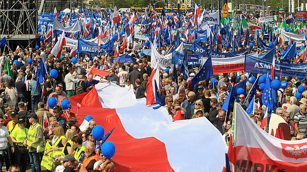 Milhares em marcha contra Governo nacionalista de Jaroslaw Kaczynski