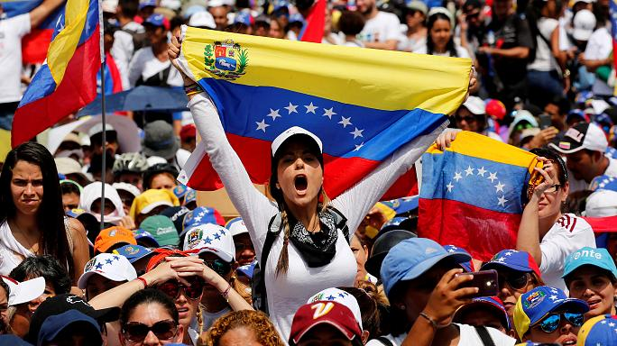 Mulheres marcham contra Maduro