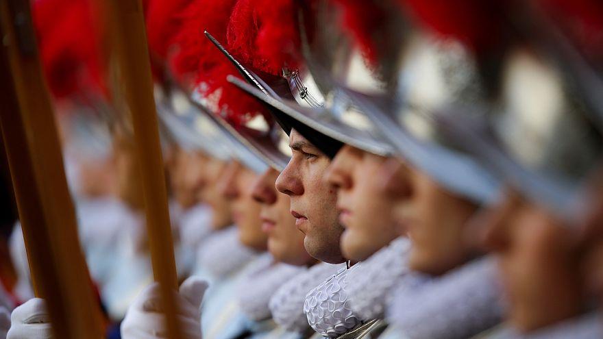 Cuarenta guardias suizos juran fidelidad al papa en el Vaticano