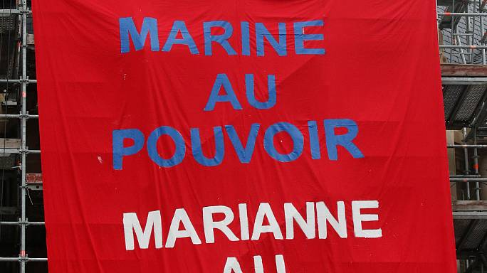 """ناشطات من """"فيمن"""" يتظاهرن عاريات ضد مارين لوبن"""