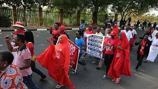 """82 отпущенные """"Боко харам"""" школьницы прибыли в Абуджу и встретятся с президентом"""