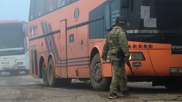پیکارجویان فتح شام از اردوگاه یرموک در سوریه تخلیه می شوند