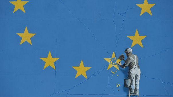 Banksy AB'nin 12 yıldızından birini murçla sökerken