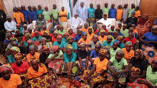 Le président nigérian s'affiche avec les jeunes filles relâchées par Boko Haram