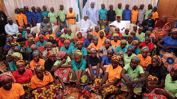 El presidente nigeriano recibe en Abuya a las 82 niñas de Chibok liberadas por Boko Haram