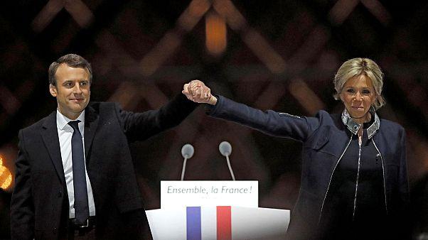 Macron bajo el símbolo de la pirámide