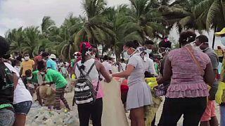 Les Malgaches se mobilsent pour nettoyer leur plage