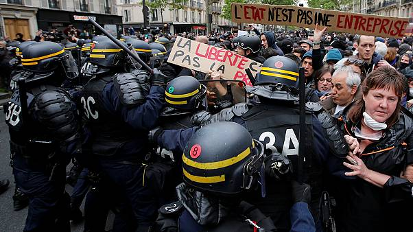 Протесты в Париже день спустя после избрания нового президента