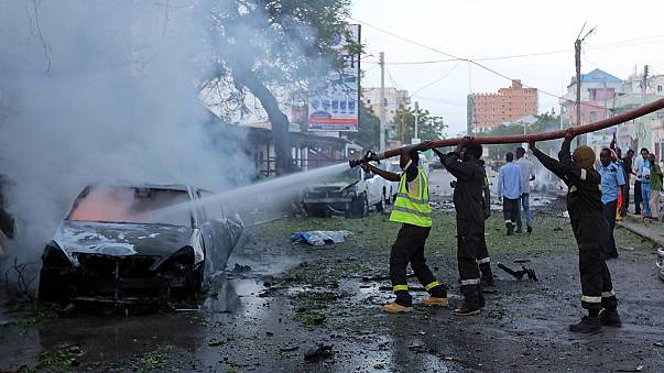 Autós robbantás egy kávézónál Mogadishuban