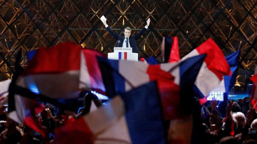 ماكرون يعمل على تشكيل حكومته مع سعيه إلى أكثرية برلمانية
