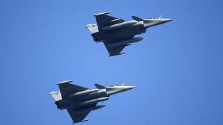 الجيش المصري يدمر 15 سيارة محملة بالأسلحة على الحدود مع ليبيا