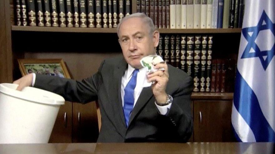 ناتنياهو يمزق وثيقة حماس ويلقيها في القمامة