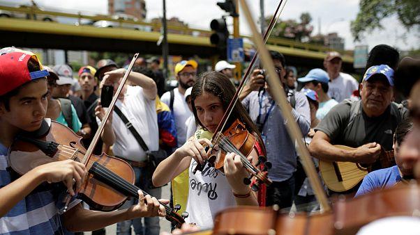 اعتراض با ویولن و گیتار در خیابانهای کاراکاس