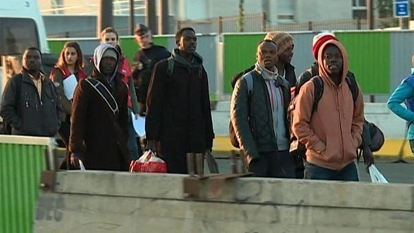 França: Campo de migrantes e refugiados desmantelado em Paris