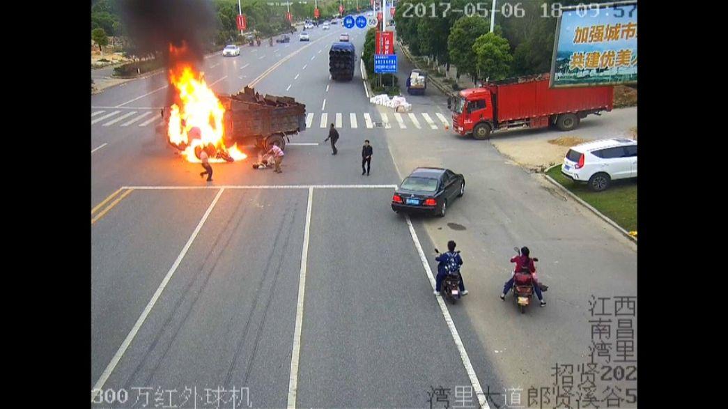 سرعة البديهة تنقذ سائق دراجة نارية من الموت حرقا
