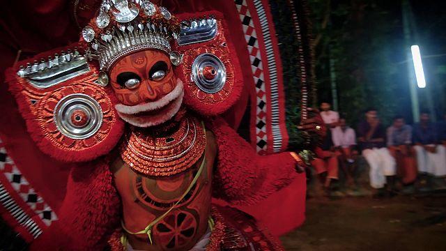 Tanrılaştığına inanılan Theyyam dansçıları