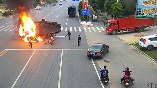 چین؛ واکنش سریع راننده کامیون، جان موتورسوار را نجات داد