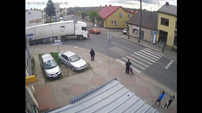 امرأة تختفي بعد ان تدهسها شاحنة