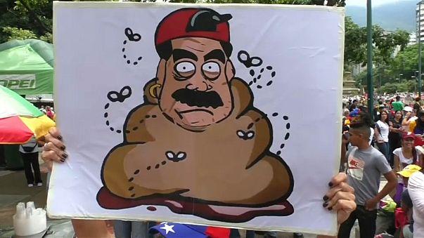 """""""Bombas"""" de excrementos em protestos contra Maduro"""