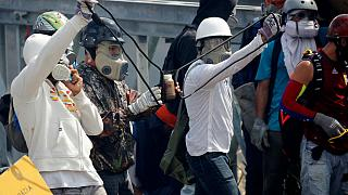 Venezuelalı göstericiler polislere içi 'insan dışkısı' dolu şişeler fırlattı