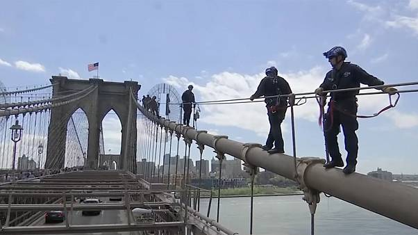 Entraînement périlleux des policiers sur le pont de Brooklyn
