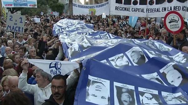 Arjantinliler, insan hakları ihlali mahkumlarını sevindiren kararı protesto etti