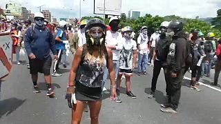 """""""المرأة الخارقة"""" تلهم المحتجين ضد مادورو"""
