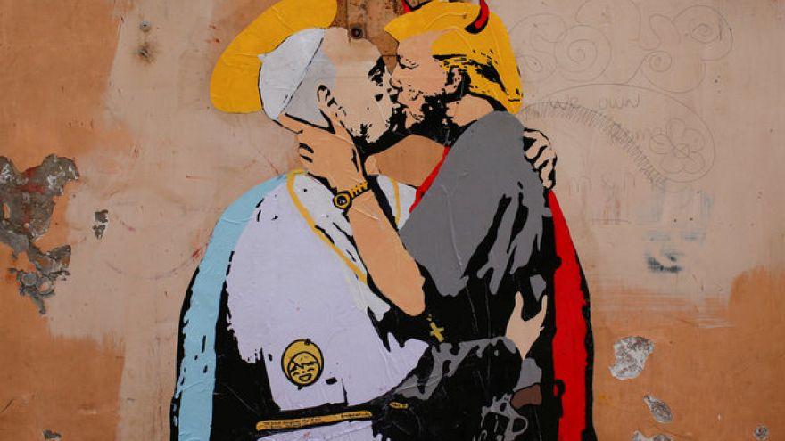 """ملصق """"قبلة شيطانية"""" بين ترامب والبابا في إيطاليا"""