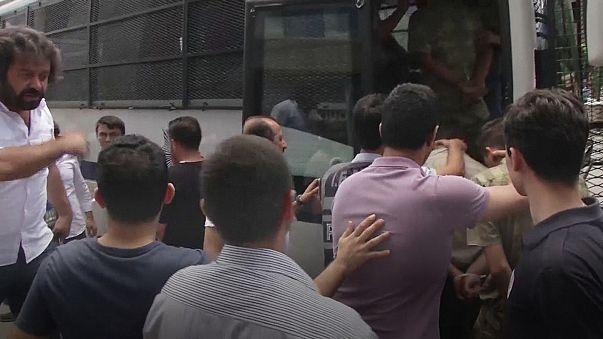 Turchia: nuova ondata di arresti, manette per almeno 160