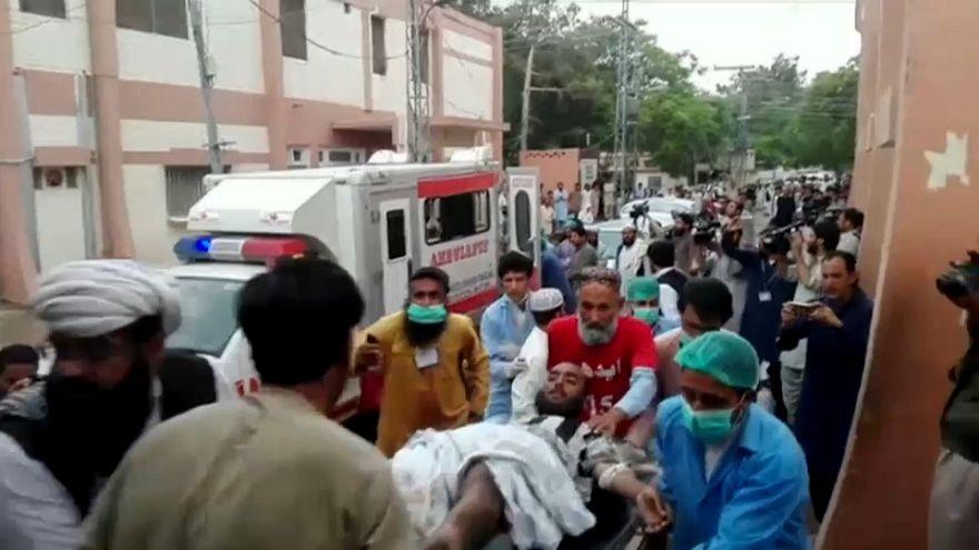 Pakistán: Mueren al menos 25 personas en un atentado con bomba
