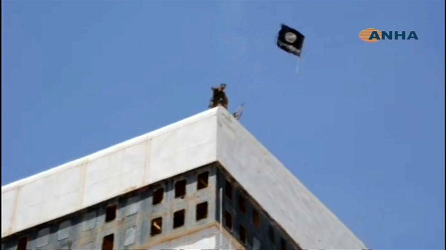La bandera de las milicias kurdas de Siria sustituye a la del Dáesh en Tabqa