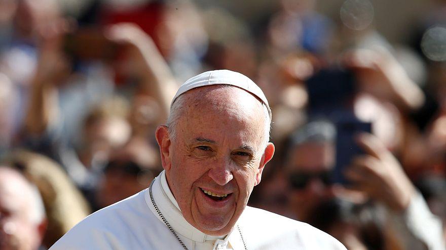 البابا فرنسيس يصل إلى البرتغال لتطويب راعيين