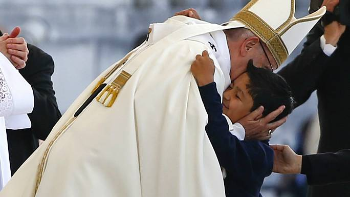 """Centenário das Aparições: Francisco abraça Lucas, a criança do """"milagre"""" brasileiro"""