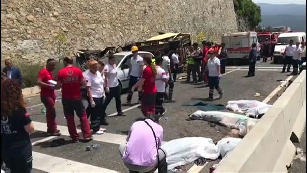 نحو 20 قتيلا نتيجة انقلاب حافلة سياح في تركيا