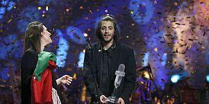 """المغني البرتغالي سلفادور سوبرال يفوز بالمركز الأول في مسابقة """"يوروفجن"""" للأغنية الأوروبية 2017"""