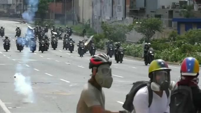 Venezuela im Chaos: Gewalttätige Auseinandersetzungen zwischen Opposition und Polizei
