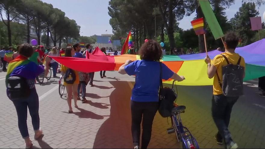 """Desfile do orgulho """"gay"""" dá cor à capital da Albânia"""
