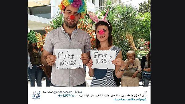 """مبادرة """"العناق المجاني"""" في اللاذقية تثير الجدل على مواقع التواصل"""