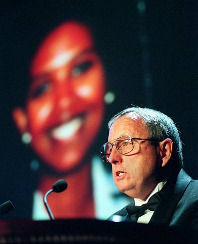 Goodloe Sutton, a newspaper editor from Alabama, presents the International Press Freedom Award to Ruth Simon, on screen, in New York on Nov. 24, 1998.