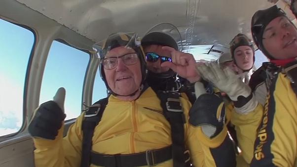101 yaş 38 günlük ömrü ile 15 bin feetten atlayıp rekor kırdı