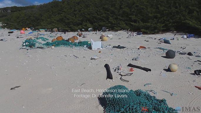 Une île envahie par les déchets plastiques