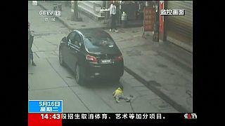 نجاة طفلة صينية من موت محقق بعد سقوطها تحت عجلات سيارة