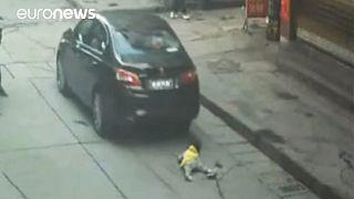 Китай: ребенок выжил, оказавшись под колесами автомобиля