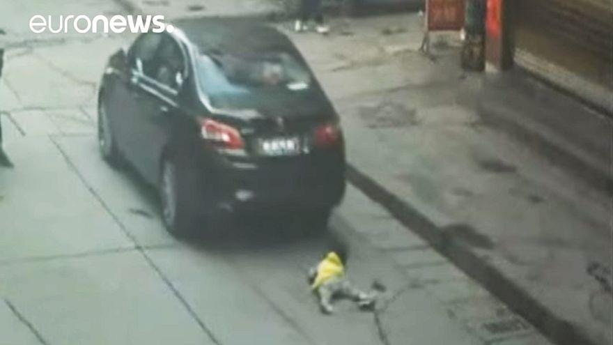 Çin'de üzerinden araba geçen kız yara almadan kurtuldu