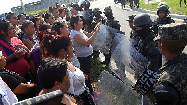 Honduras'ta yüzlerce mahkum yeni yerlerine naklediliyor