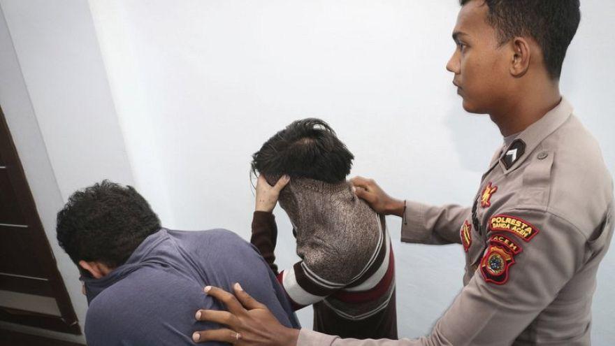 85 جلدة لرجلين مثليين في اندونسيا