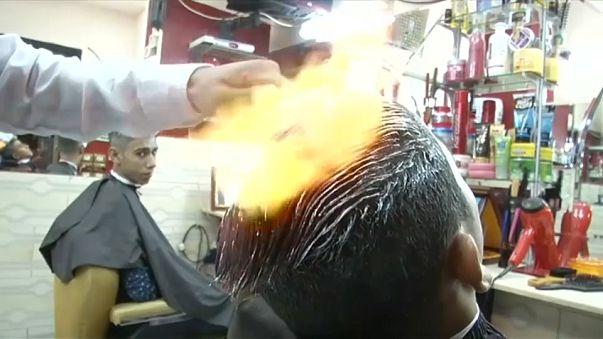 """حلاق مصري يستخدم """"النار"""" لتصفيف الشعر"""