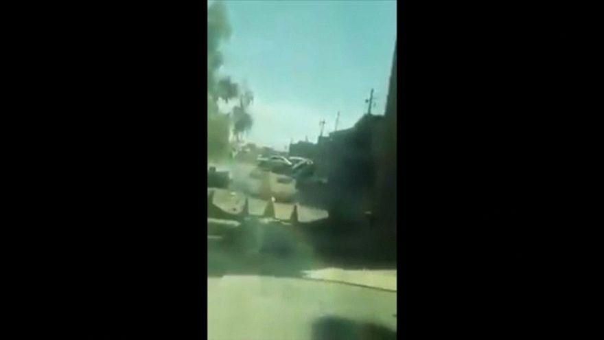 لحظة انفجار سيارة مفخخة بعد اصطدامها بجرافة عسكرية